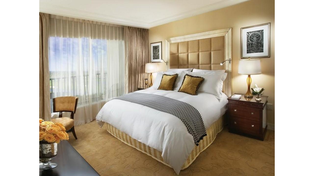 Kamar tidur mewah tirai besar
