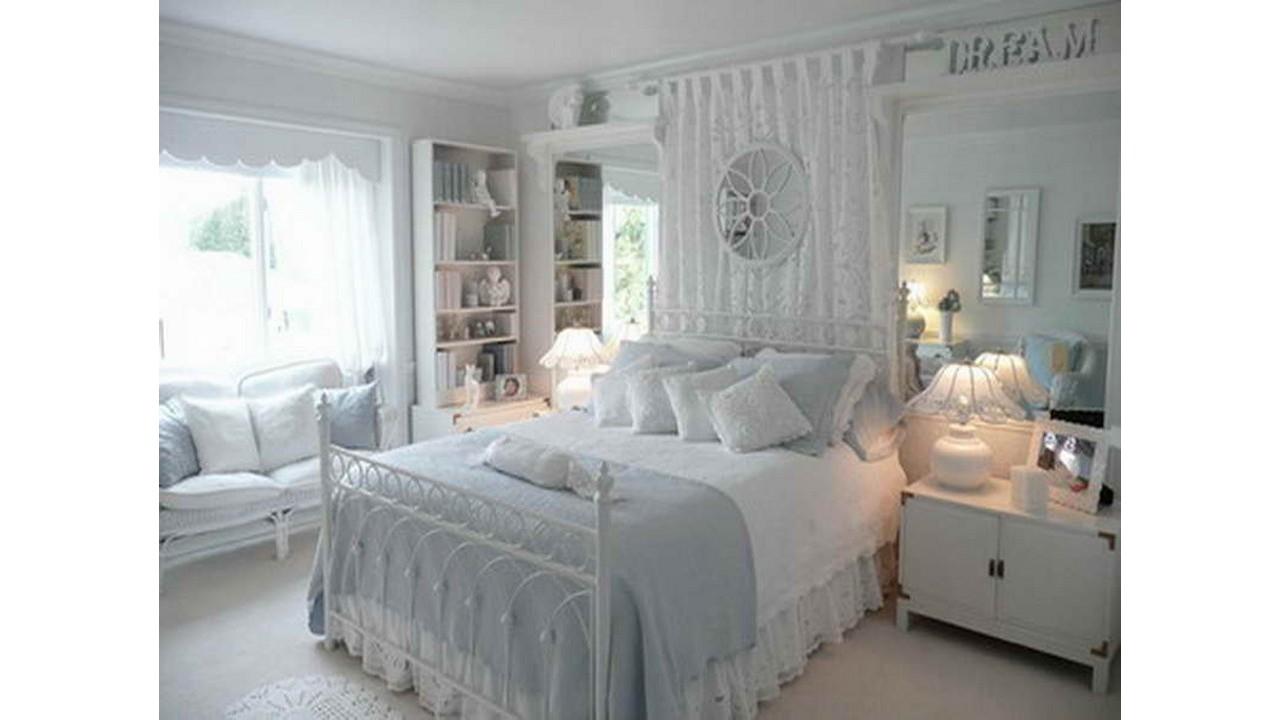 Kamar tidur klasik putih