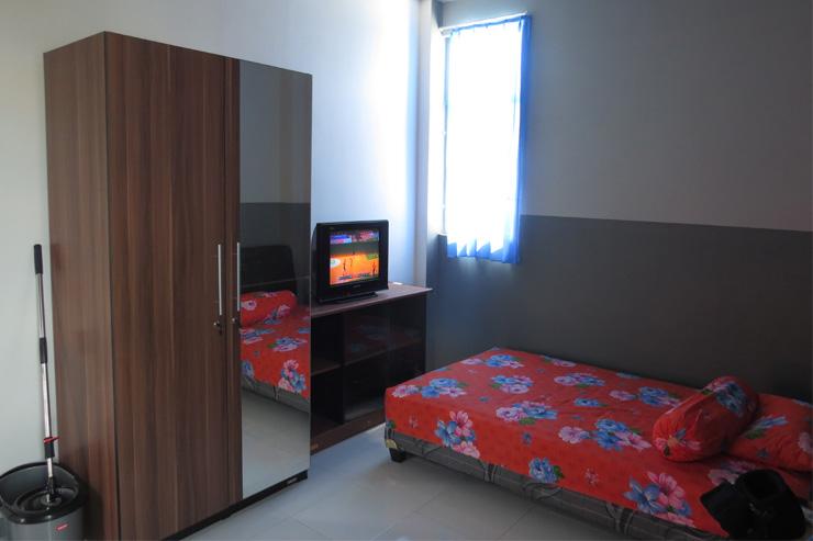 Kamar kost dengan televisi