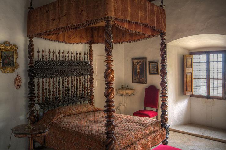 Kamar tidur klasik ranjang kayu